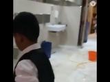Садио Мане помогает чистить уборную в мечети   Английская Премьер-Лига