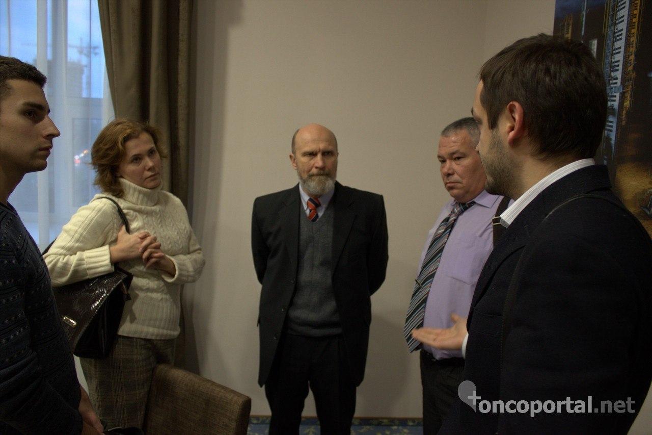 С.И.Коровин (в центре), и М.Н.Кукушкина обсуждают современные методы лечения меланомы и ее метастазов с представителями «Кибер Клиники Спиженко» (Центр КиберНож Украина)