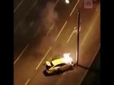 Машина такси врезалась в столб и сгорела дотла