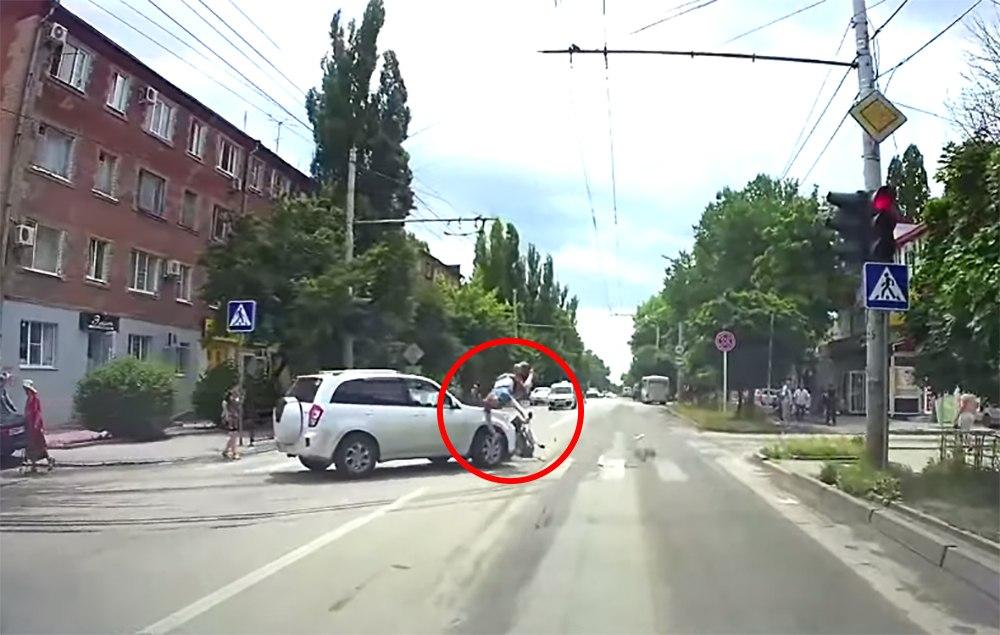 В Таганроге момент столкновения скутера и внедорожника попал видеорегистратор. ФОТО. ВИДЕО