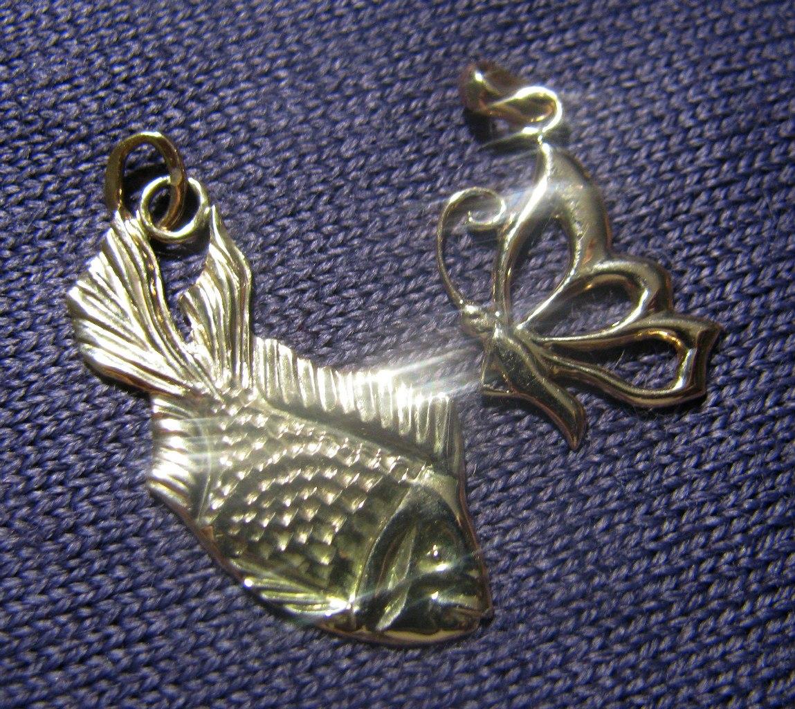 Рыбка и бабочка - золотые изделия из мастерской Ю. Шумова.