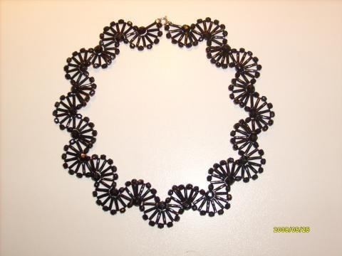 Бисерное кружево и элегантные декоративные элементы.
