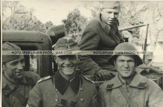 Лейтенант горно-стрелкового подразделения вермахта фотографируется с советскими солдатами во время совместной оккупации Польши