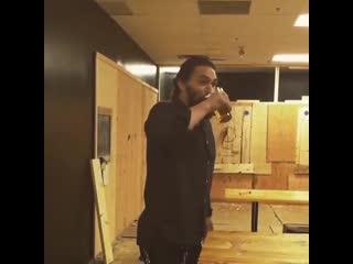 Джейсон Момоа любит пиво и томагавки 💪