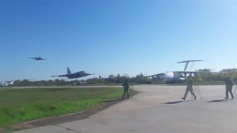Экстремально низкий полет украинских штурмовиков Су-25 над взлетной полосой