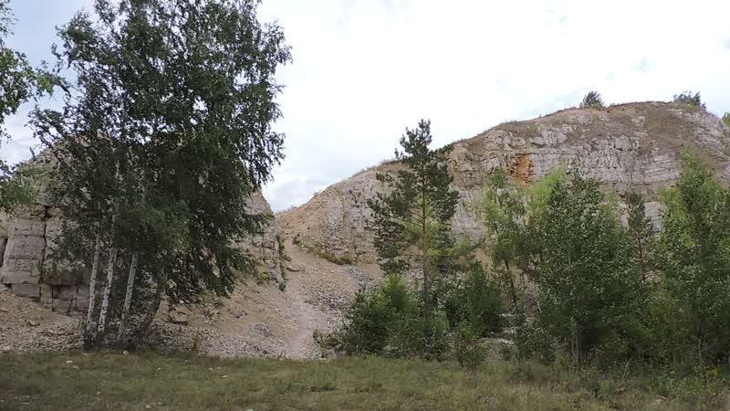 Известняковые утесы (бывший карьер) на Царевом кургане. Крест на вершине