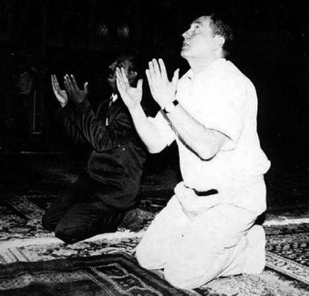 На фото Сaддам Xусейн и Влaдимир Жириновcкий совершают намаз в Багдадe.
