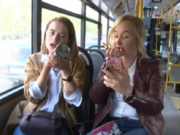 Красивые новости. Красимся на ходу в автобусе » Freewka.com - Смотреть онлайн в хорощем качестве