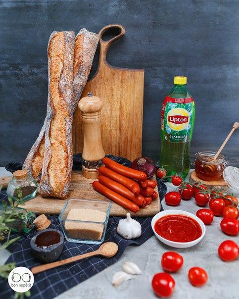 хот-доги со сладким соусом ингредиенты:сосиска — 2 шт.багет с маком — ½ шт.кетчуп — 90 млкоричневый сахар — 70 гсоус bbq — 15 млмед — 30 млвустерский соус — 20 млчесночный порошок — по