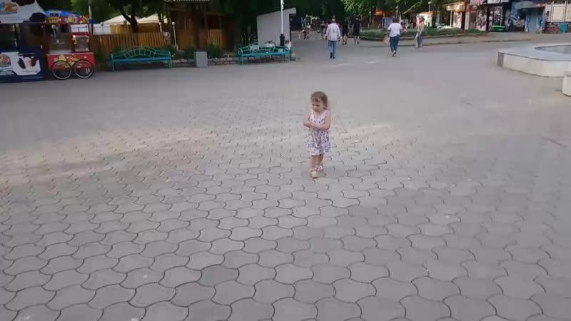Дочка в счастье с Папой, ждём паравозик