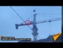 Крановщик, совершающий намаз на башенном кране, взорвал сеть.