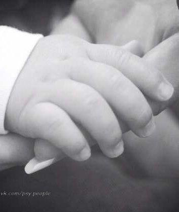 Когда маленькая ручка держит тебя за руку - какая разница, что там творится в этом непонятном мире...