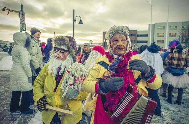Традиции рождественских колядок соблюдаются во многих странах мира уже не одну сотню лет Есть такие и на острове Ньюфаундленд в Канаде. Местные жители называют этот ритуал The Mummering, что