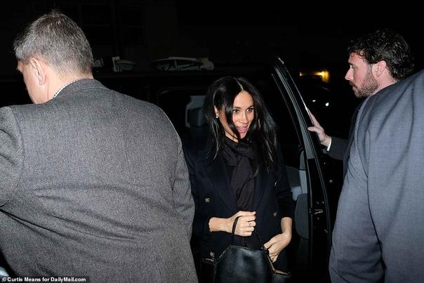 Меган Маркл после вечеринки в отеле отправилась с друзьями в ресторан Меган Маркл, которая накануне прилетела в Нью-Йорк без своего мужа Гарри, чтобы провести время с друзьями, отпраздновала