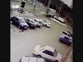 Эвакуатор пробил стену в иркутском ТЦ