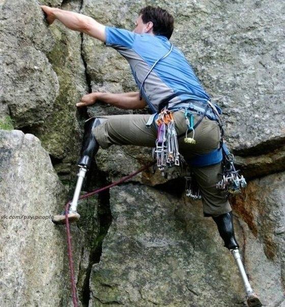 Хью Херр - неугомонный скалолаз из Массачусетса Сам Хью потерял обе ноги еще в юности, когда с друзьями пытался покорить гору Вашингтон в Нью-Гемпшире. Группа попала в снежную бурю, Хью отморозил ноги и в итоге их пришлось ампутировать. Сейчас он ходит на протезах, произведенных под его же руководством.