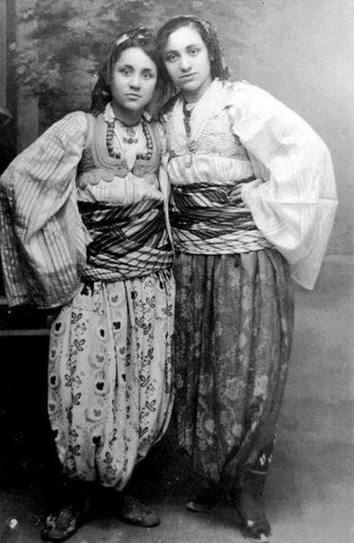 Сможете угадать, кто эта красивая девушка слева Это Агнес Гондже Бояджиу, которая впоследствии станет известна как мать Тереза На фото она запечатлена вместе с сестрой Агой в традиционных