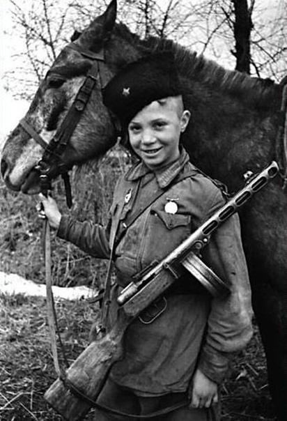 На фото: юный разведчик-кавалерист Витя Поздняков.