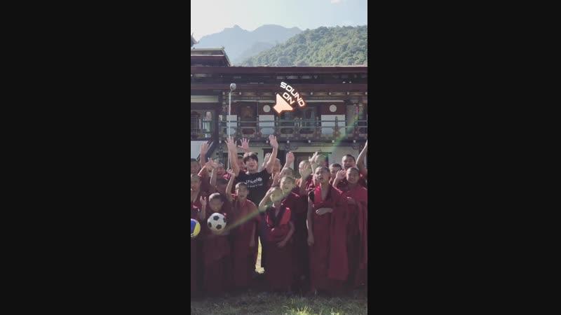 Чжи Сон помогает детям совместно с «Unicef» в Бутане.