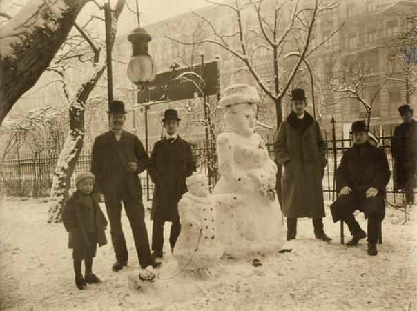 Снеговики изображают датскую королеву Вильгельмину и принцессу Юлиану с собачкой (Нидерланды, 1913 год)