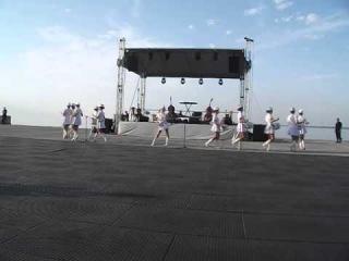 Ансамбль Рум'янок Барабанщицы выступают на набережной в Межигорье