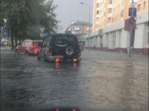 """Брест накрыла гроза и сильнейший дождь - город """"поплыл"""""""