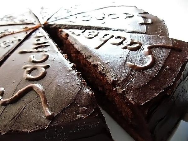 196. торт захер «захер» — шоколадный торт, изобретение австрийского кондитера франца захера. торт является типичным десертом венской кухни и вместе с тем одним из самых популярных тортов в мире. в 1832 году министр иностранных дел меттерних
