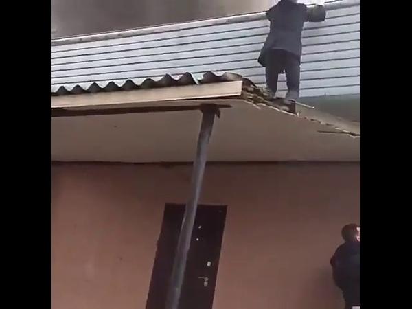 в Москве из горящего дома лица кавказской национальности спасли ребёнка!!))