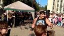 Донецк Дмитрий Халаджи забивает гвозди руками и жонглирует гирями