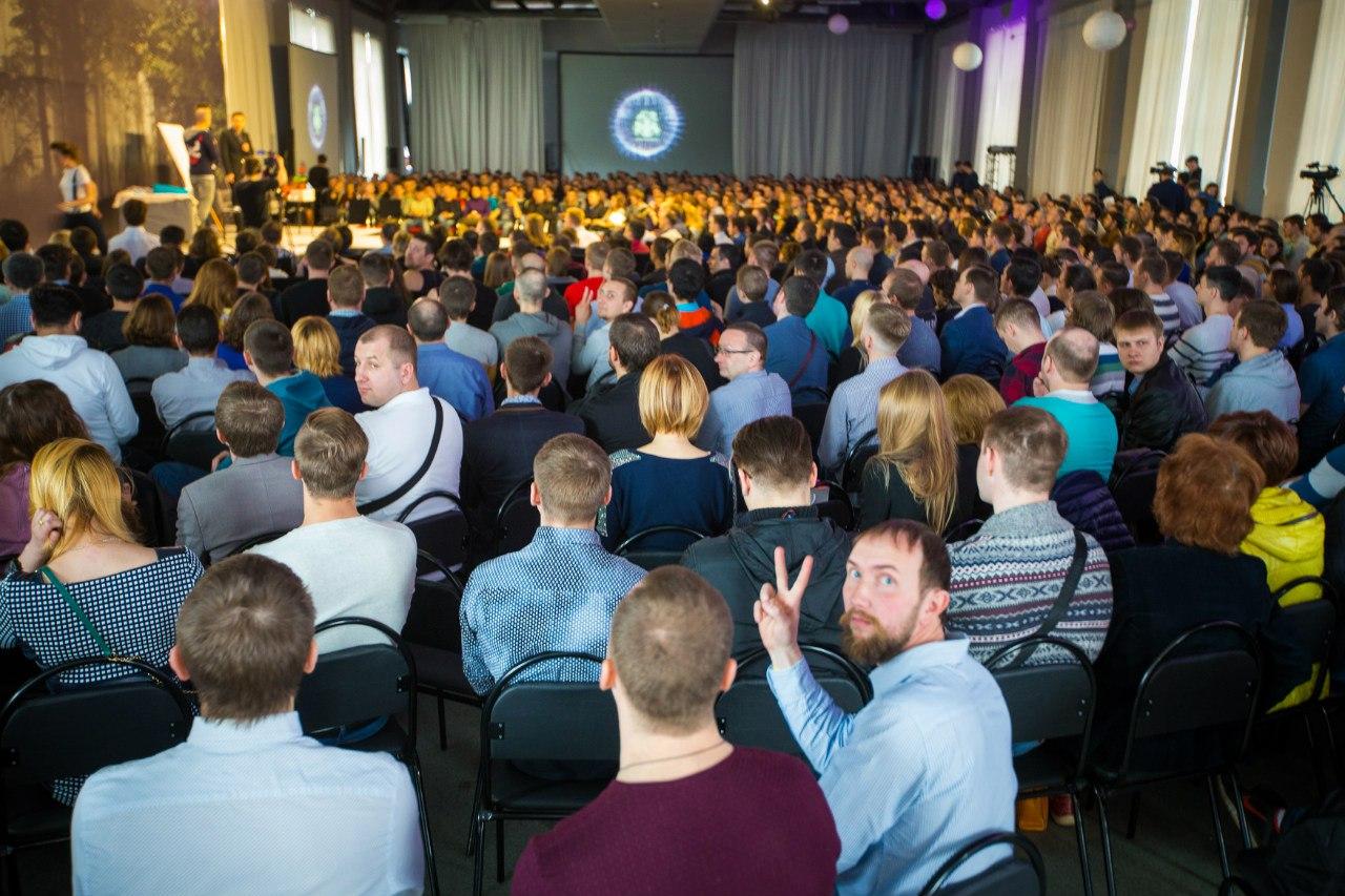 Огромный зал участников