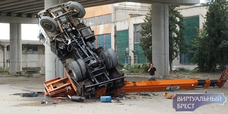 Автокран рухнул с путепровода на Западном обходе Бреста. Падение засняли на видео