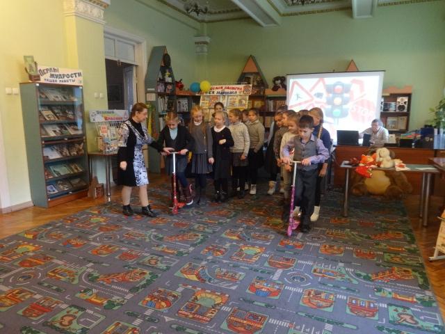 правила дорожного движения, Донецкая республиканская библиотека для детей, отдел обслуживания дошкольников и учащихся 1-4 классов, поведение на дорогах