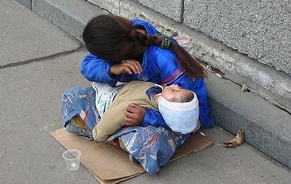 Почему спит ребенок? Всегда спит на руках у попрошаек? Вы никогда не задумывались?