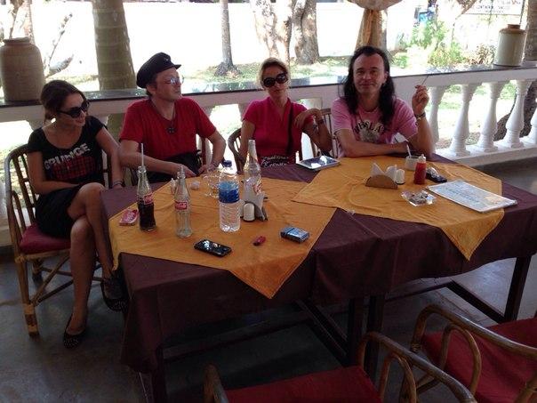 группа на завтраке