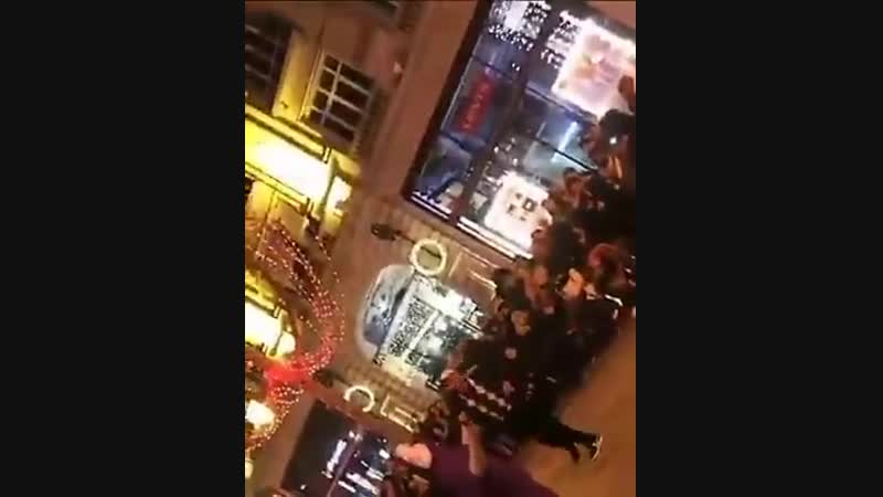 Paris 8ème - Spectacle orientale de rue où on en profite au passage pour faire l'apologie du voile intégral