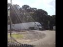 Водитель выпрыгнул из кабины в последний момент прежде чем его грузовик разорвал поезд
