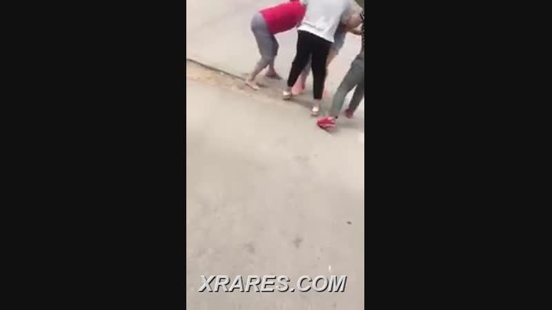 Китайская хозяйка разделась голыми и избитыми. на улице