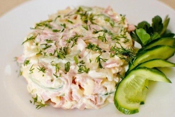 Вкусный салат с ветчиной и сыром.