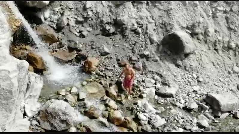 Омовение под водопадом Васудхара (Бадринатх)