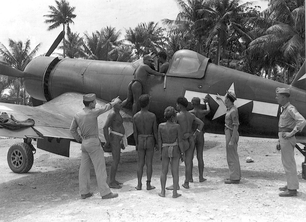 Аборигены островов Вануату в Тихом океане рассматривают самолет F4U «Корсар»