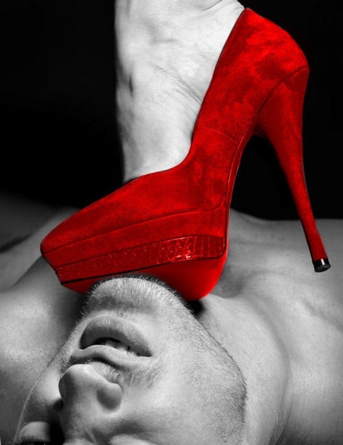 Рабы целуют туфли 8 фотография