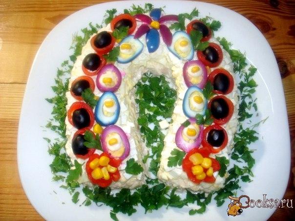 Сытный, приятный на вкус салат в форме подковы, порадует вас и ваших близких за новогодним столом.