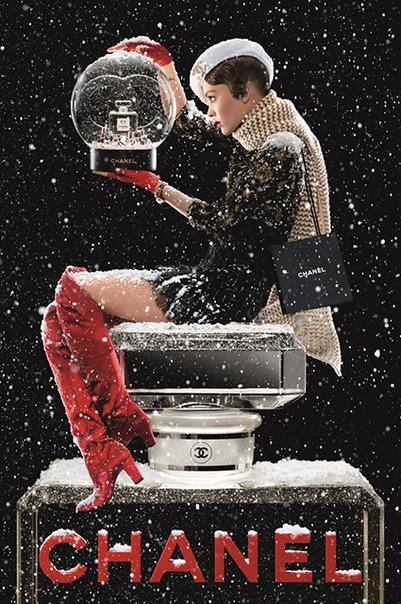 Лили-Роуз Депп снялась в новом рождественском фильме Chanel