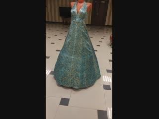 элегантное платье на петле из парчи