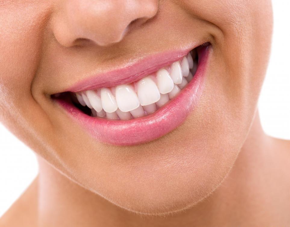 Обрезанные зубы можно ремонтировать, применяя короны, шпоны или новые начинки.
