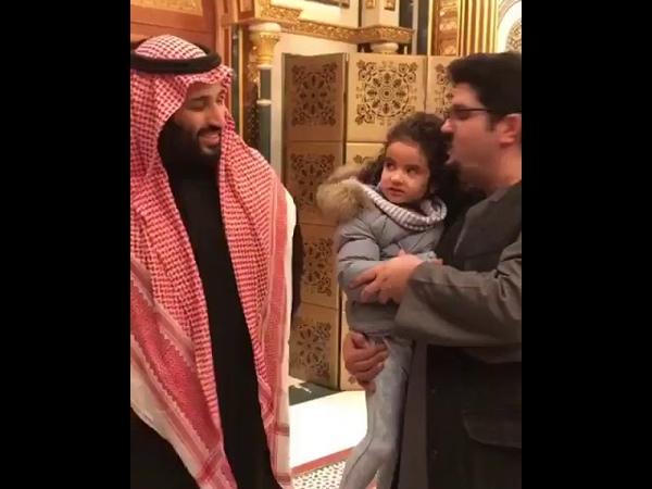 الأمير محمد بن سلمان يقبِّل الطفلة الجوه158