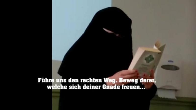 Lehrerin liest voll verschleiert aus Koran vor