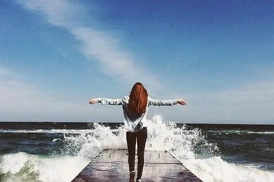 Первая волна сбивает тебя с ног, и ты катишься, катишься, катишься, но не захлёбываешься — даже если стараешься захлебнуться.