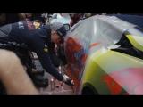 Дэн Риккардо и Макс Ферстаппен раскрашивают машины в Австралии.