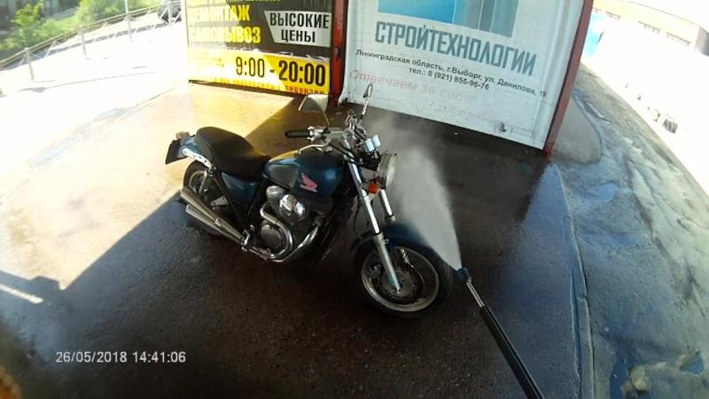 Мойка мотоцикла перед сбором на стадионе Авангард. День открытия мото сезона г.Выборг